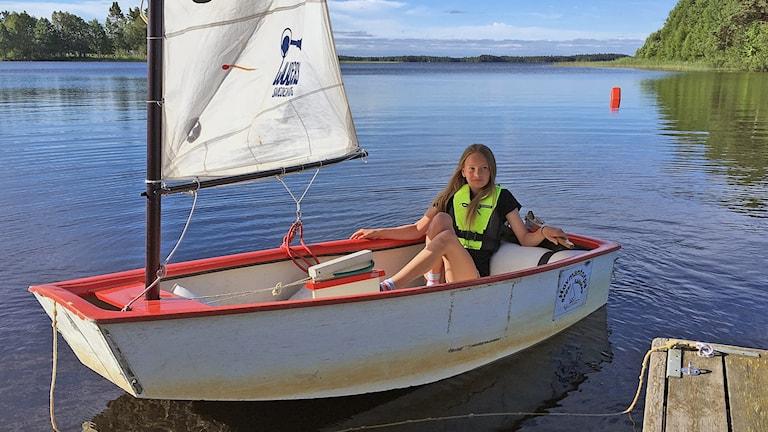 Erika Kjellsson sitter i en jolle på sjön