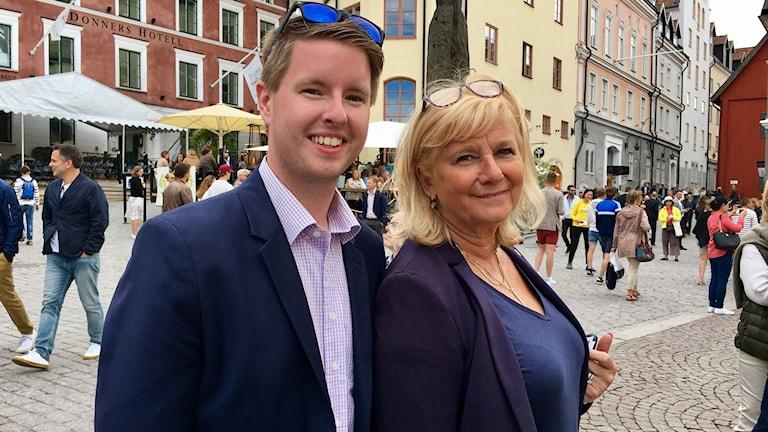 Uppvidinges kommunpolitiker Patrik Davidsson (C) och riksdagsledamoten Katarina Brännström (M) från Växjö står i Visby