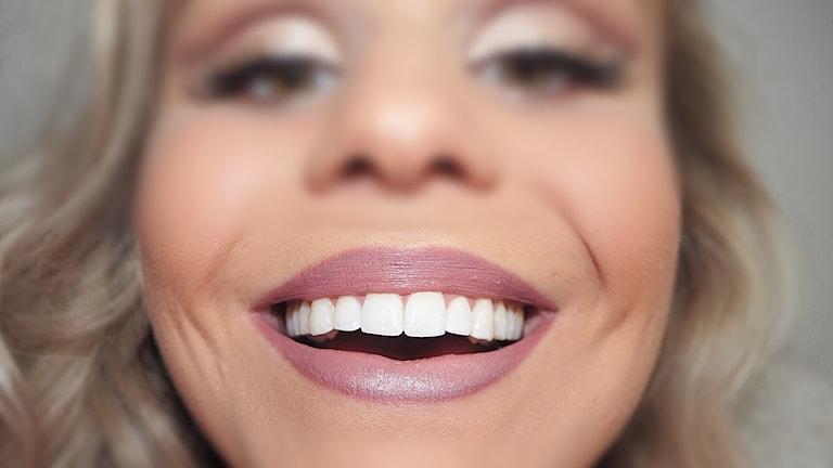Kajsa Fors visar sina vita blänkande tänder i närbild.