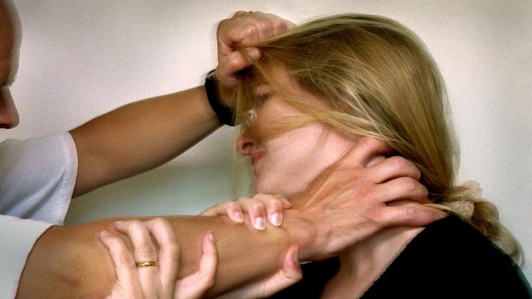 En kvinna blir misshandlad