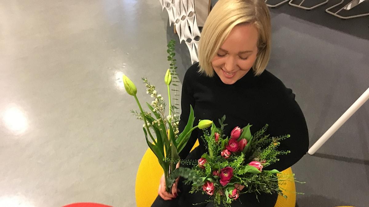 Floristen Emma Skoog med ett fång tulpaner.