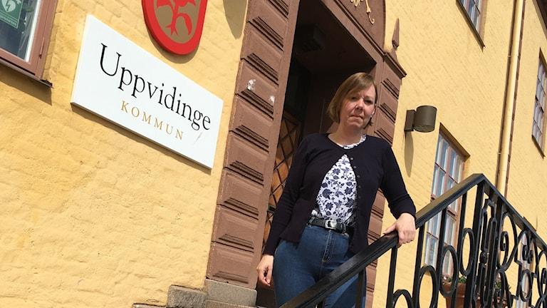 Camilla Ymer (s) oppositionsråd i Uppvidinge står framför kommunhuset.