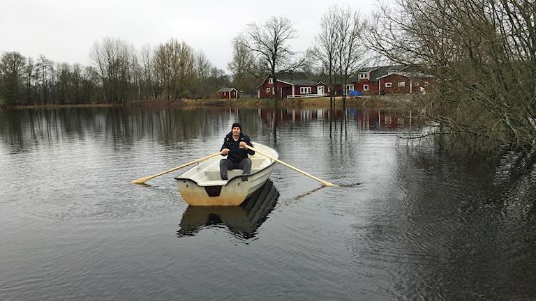 Björn Willén sitter i en båt mitt ute i vattnet.
