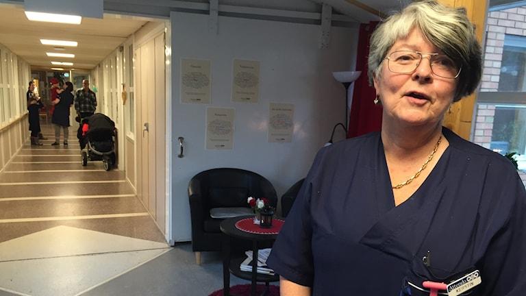 Kerstin Stensson, undersköterska Sörgården står i korridoren på äldreboendet.