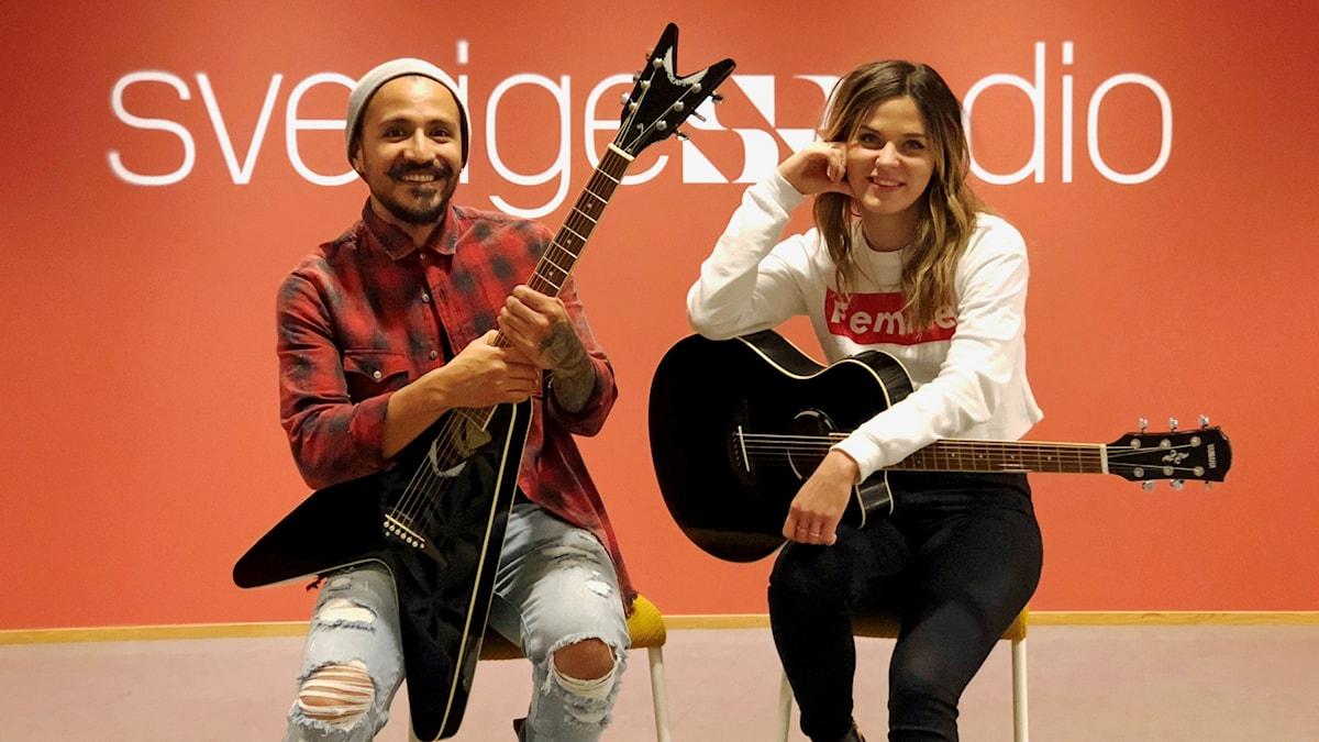 Moa Munoz sitter på en stol och håller i sin gitarr