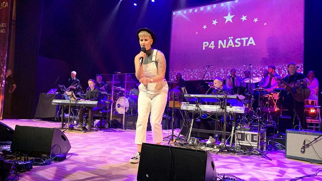 En ung kvinna som uppträder på en scen.
