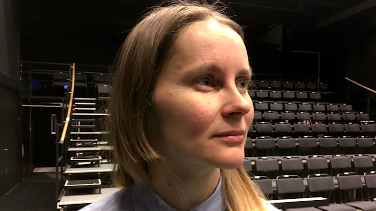Stina Nyberg, koreograf på dansföreställningen Splendour sitter i teatersalen.
