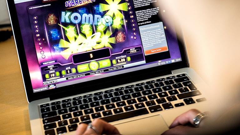 person sitter vid datorskärm och spelar på nätcasino