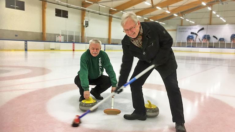 Lars Fredell och Sven Elmdahl från Växjö Curlingklubb står på isen.