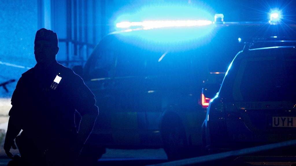 En polis utanför ett hus.