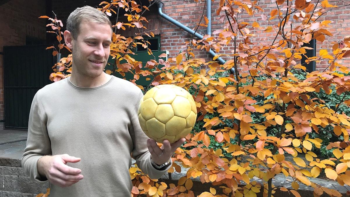 Fotbollspelaren Mario Vasilj med en gammal Österfotboll
