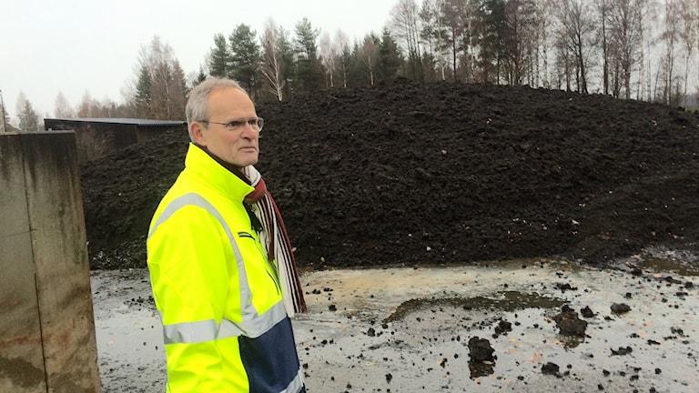 Steve Carlsson visar oktober månads avfall som kommer från växjös hushåll