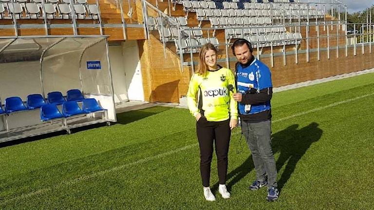 Tova Hallberg och Lars-Peter Hielle står på Lagavallen, en fotbollsplan med hybridgräs.