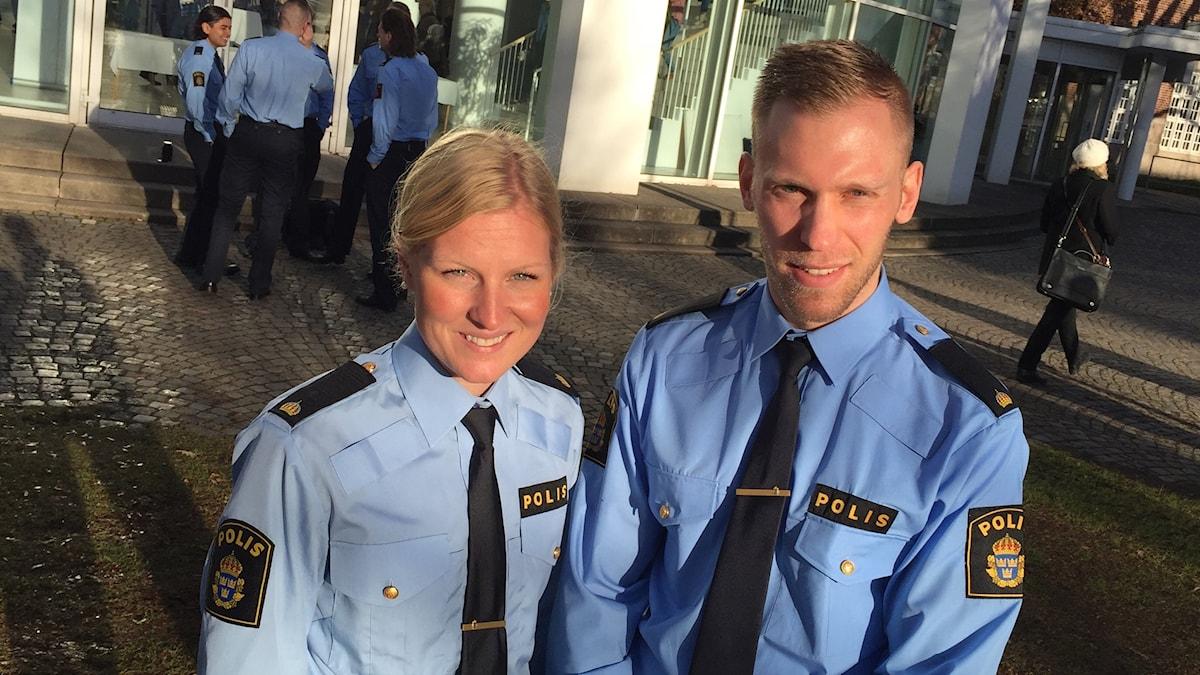Polisstudenter Jenny och Pierre Davidsson i Växjö står på skolgården.