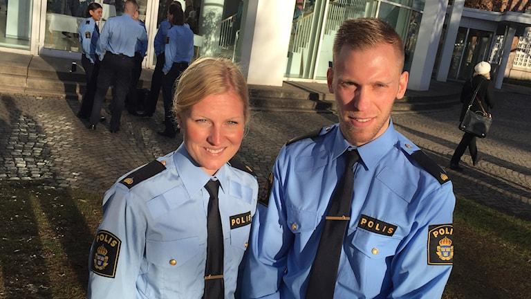 Polisstudenter Jenny Andersson och Pierre Davidsson i Växjö står på skolgården.