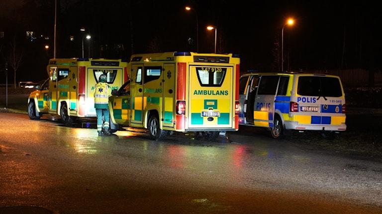 Ambulanser och polisbil.