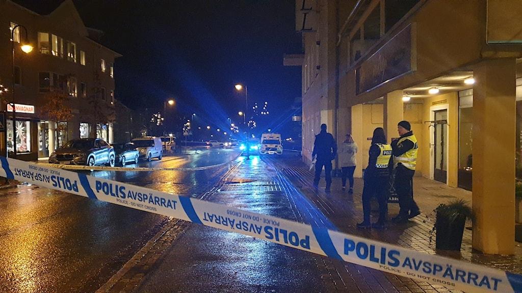 Polisavspärrning natt stad.