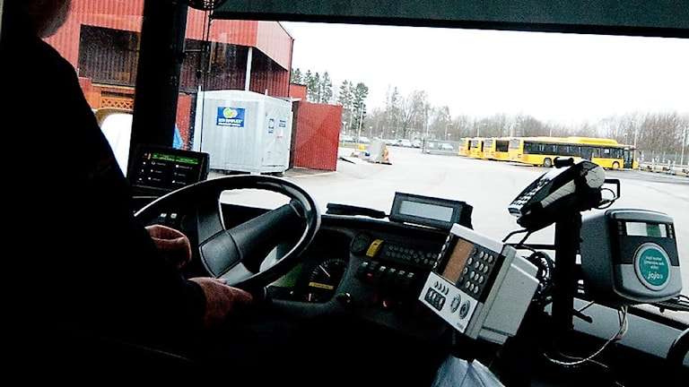 En busschaufför som kör buss.