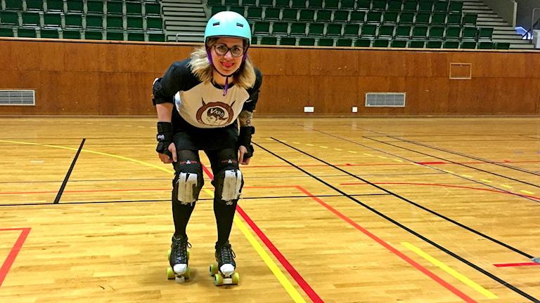 Anna Rosén i full utrustning i Teleborgshallen inför första hemmamatchen i Rollerderby.