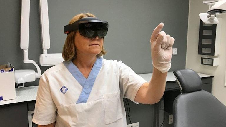 Pia Mandelin, tandsköterska vid Idun, testar HoloLens