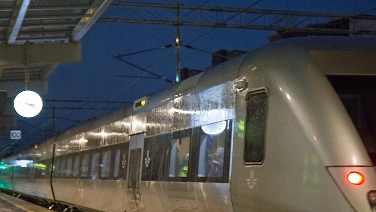 Tåget lämnar stationen.