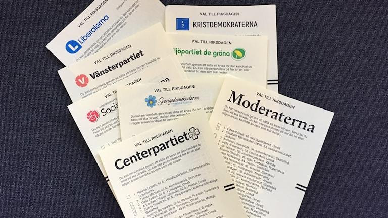 Åtta partiers gula valsedlar till riksdagsvalet 2018 med namnen för Västerbottens distrikt.