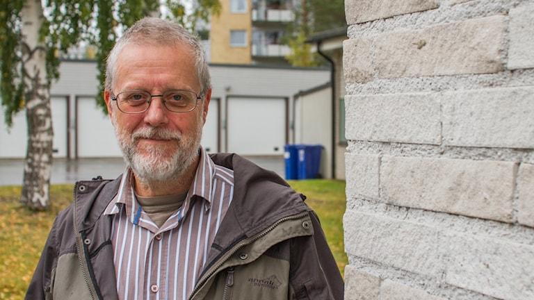 Marcel Berkelder, energiexpert vid ett hörn av radiohuset utomhus