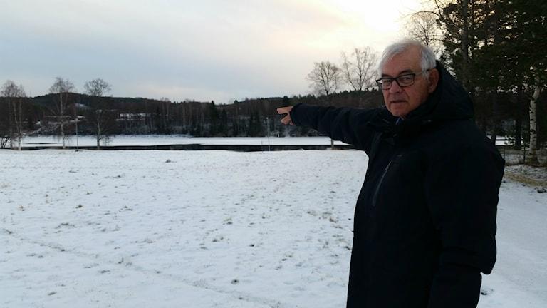 Ola Dahlgren pekar på platsen vid Älvdala i Vännäs där lägenheterna ska byggas.