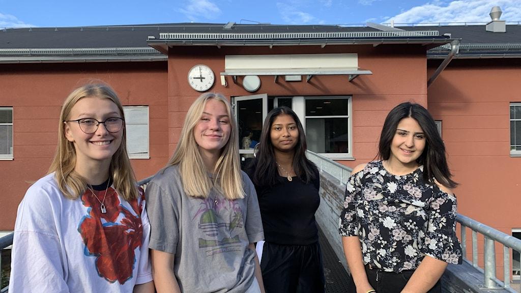 Niondeklassarna Alice Karlsson, Jasmina Bergqvist, Sayuni Senaratne, Meri Karapetyan utanför Ålidhemsskolan i Umeå.