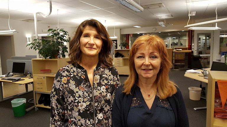 Agneta Hammarström och Ketty Lundmark från Familjehemscentrum i Umeå kommun. Foto: Madeleine Harrati/SR