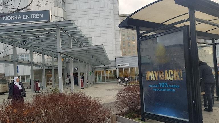 Reklam för casino på busskur i Umeå med blurrad företagslogga