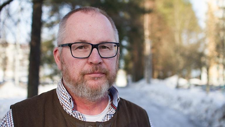 Torbjörn Lövbom från Svenska jägareförbundet framför några träd och en snöig cykelväg