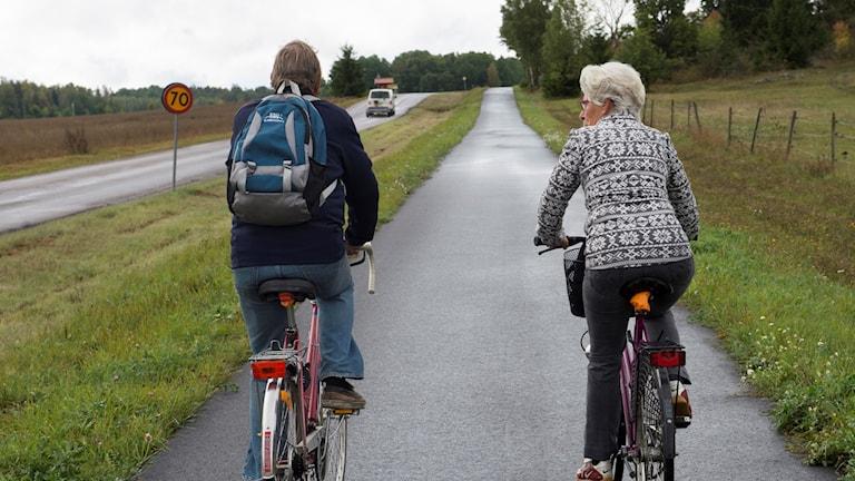 två cyklar på en cykelbana på landet