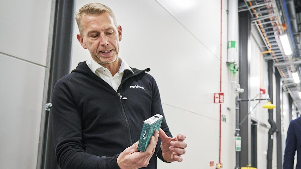Peter Carlsson visar upp ett grönt paket vid anläggningen i Västerås.