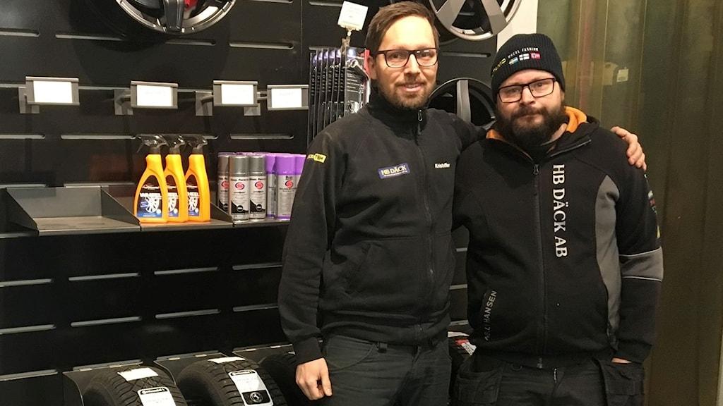 Kristoffer Bång (t.v.) och kollegan Johan på HB Däck i Umeå.