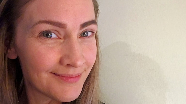 Pia Johansson visar upp ögonbryn