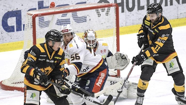 Skellefteå AIKs Tuomas Kiiskinen (#19, tv) styr pucken in i mål, 2-0, bakom Djurgårdens målvakt Karri Rämö under torsdagens ishockeymatch i SHL mellan Skellefteå AIK och Djurgården.
