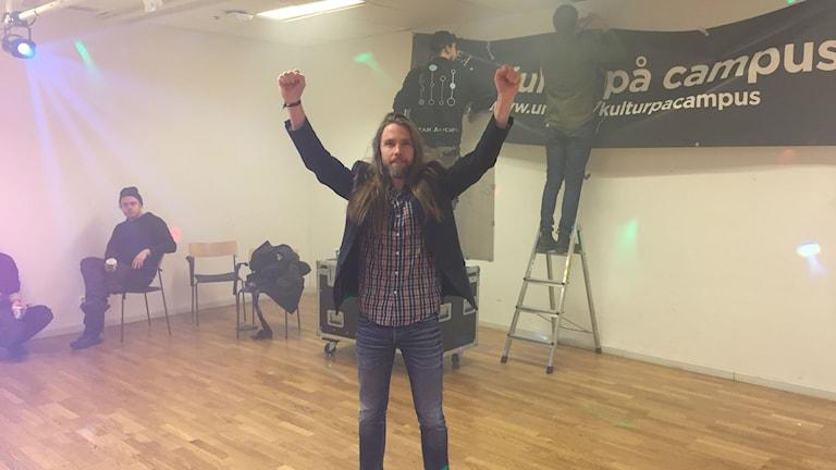 Jonas Eriksson laddar upp inför lunchdisco Foto:Filippa Armstrong/SR