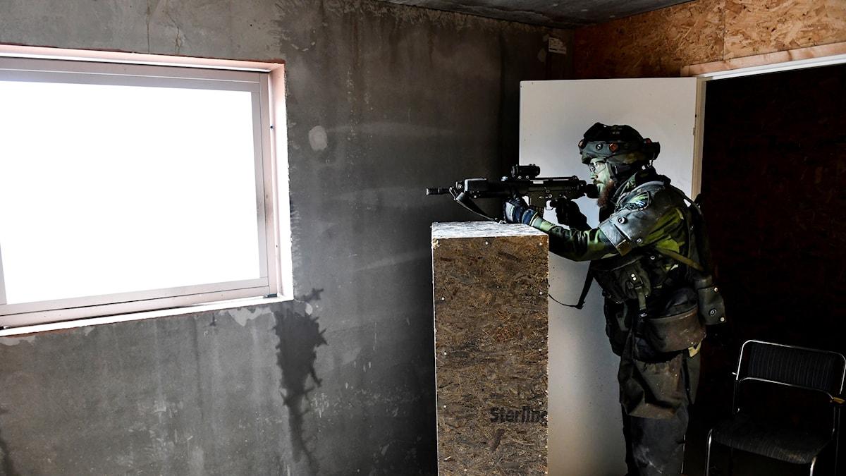 soldat med vapen