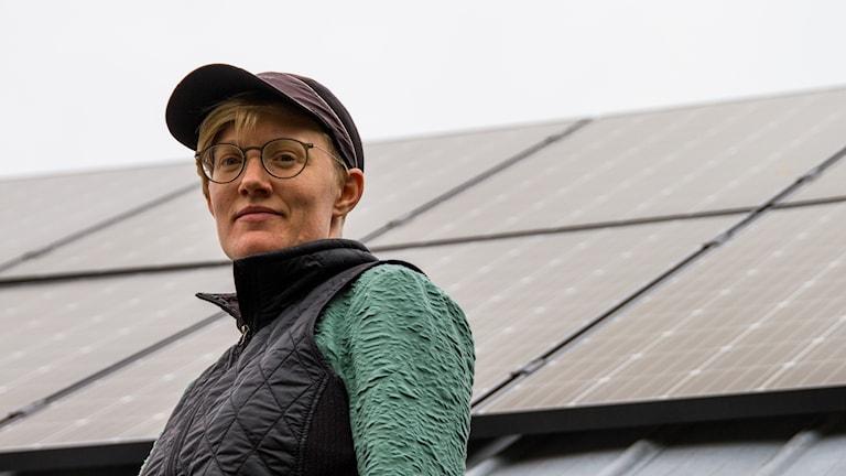 Sanna Bernhardsson i Strömbäck framför solcellerna som de hyr
