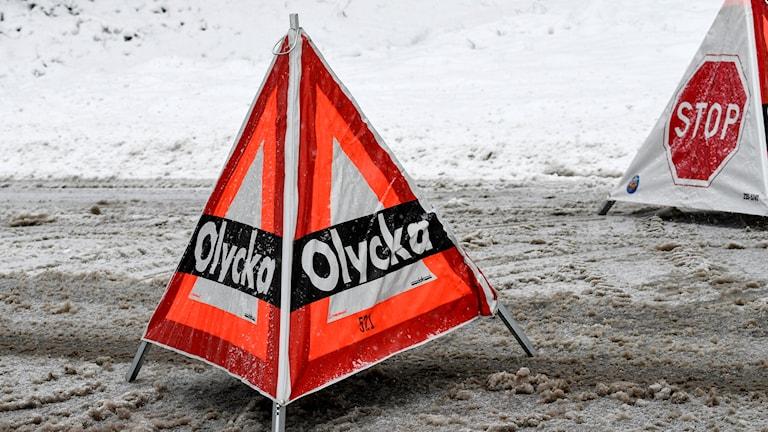 Räddningstjänsten varnar med skylt om en olycka på vägen.