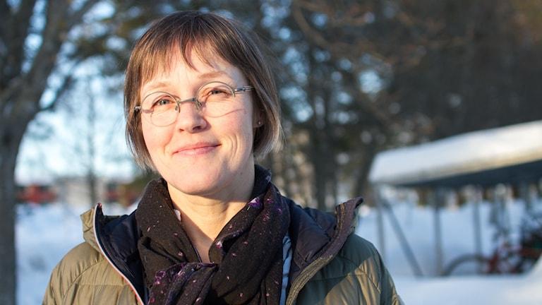 Sofia Ekman (M), vice ordförande i miljö- och hälsoskyddsnämnden i kvällssolen vid en cykelparkering