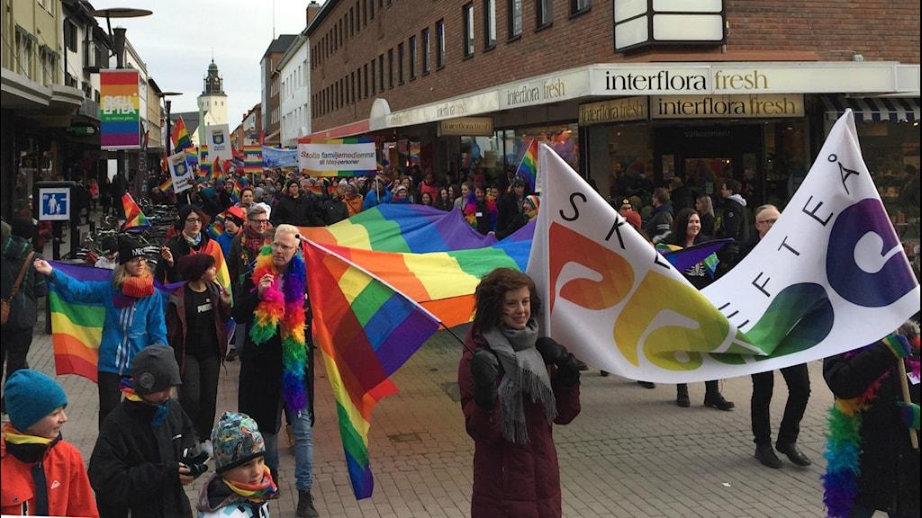 Linnea Wikman, ordförande i RFSL Skellefteå, går först i prideparaden längs gågatan i Skellefteå