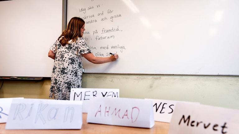 En lärare som undervisar i SFI