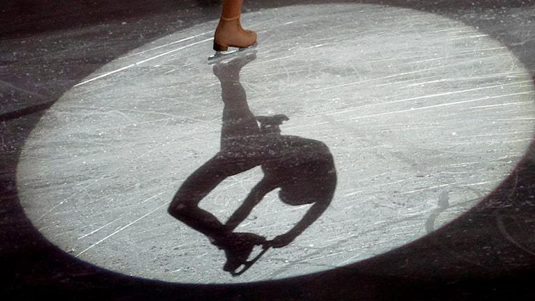 Skuggan av en som gör konster på isen