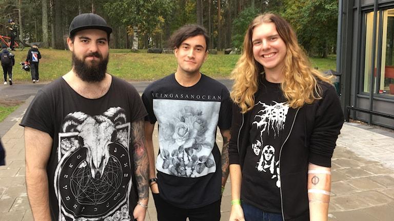 Jakob Wiksell med sina vänner och med sin första tatuering