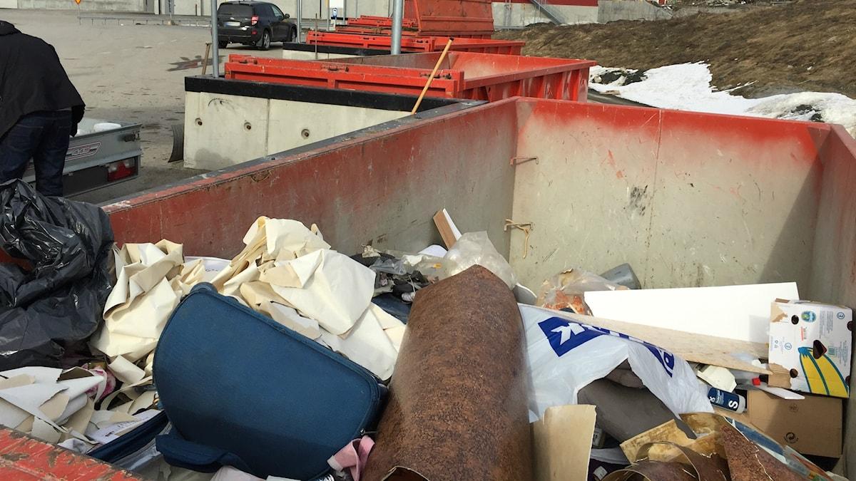 Brännbart avfall i en container på återvinningscentralen i Skellefteå