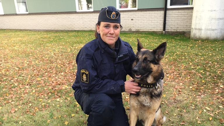 Jenny Edström som är hundförare med hunden Grizz