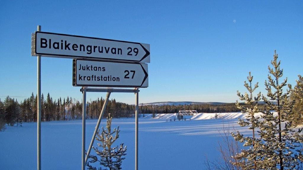 Skylten visar att det är knappt 3 mil till Blaikengruvan.