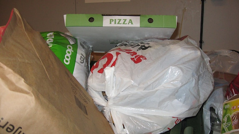 Pizzakartonger i hushållssoporna. Foto: Anna Burén/SR.